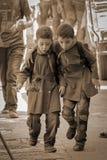Die zwei syrischen Jungen gehen glücklich zur Schule Lizenzfreies Stockbild