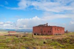 Die zwei verließen Ziegelsteingebäude in der Tundra stockfoto
