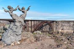 Die Zwillinge, eine Skulptur nahe dem Rand der Snake River Schlucht stockfotos