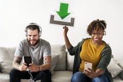 Die zwischen verschiedenen Rassen Paarfreund-Musikerpaare, die ein Download halten, unterzeichnen stockbilder