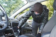 Dieb, der ein Auto stiehlt Stockfoto