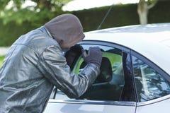 Dieb, der ein Auto stiehlt Lizenzfreie Stockbilder