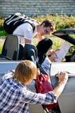 Dieb, der Handtasche vom Auto stiehlt Lizenzfreie Stockfotos