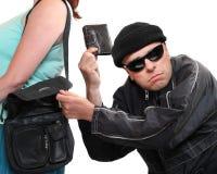 Dieb, der von der Handtasche stiehlt. Stockbilder