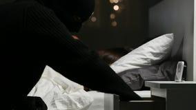 Dieb, der zu Hause neben dem Hausbesitzerschlafen stiehlt stock video footage