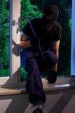 Dieb mit Brechstange im Haus Stockfotografie