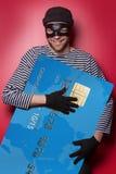 Dieb mit großer blauer Kreditkarte Stockbild