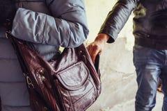Dieb stiehlt Telefon oder Smartphone von der Tasche des Frauenabschlusses oben, Taschendieb in der Stadt lizenzfreie stockbilder