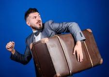 Dieb weg laufen gelassen mit schwerem Koffer Diebstahl des Jahrhunderts Zustelldienst Stattliche Arbeitskraft mit einem Kasten Re stockfotos