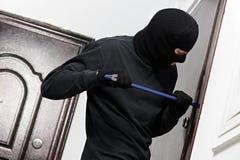 Diebeinbrecher am Hausbrechen Lizenzfreie Stockfotos