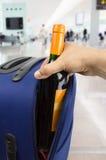 Diebstahl des Alkohols am Flughafen lizenzfreie stockfotos
