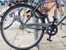 Diebstahlsichere Sicherheitsverriegelung, die Fahrradrad blockt stockbild