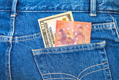 Dieci dollari americani e dieci euro note che attaccano dal nulla Fotografia Stock Libera da Diritti