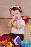 Dieci mesi di neonata che gioca con i giocattoli Immagine Stock