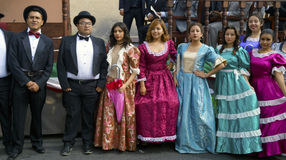 Diecinueve personas vestidas siglo foto de archivo