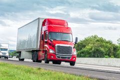 Dieciocho rojos Wheeler Travels Interstate Highway imagen de archivo libre de regalías