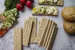 Dieet brood Substituut voor vermageringsdieetbrood Vegetarische sandwiches Juiste voeding Lichte achtergrond Close-up royalty-vrije stock afbeeldingen