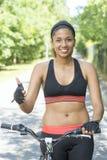 Dieet en geschiktheid concept-glimlacht sportieve vrouw met fiets royalty-vrije stock afbeeldingen