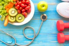 Dieet en gewichts het verlies voor gezonde zorg met medische stethoscoop, geschiktheidsmateriaal, die kraan, zoet water en groene Royalty-vrije Stock Foto's