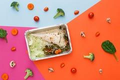 Dieet en gezond voedselconcept - maaltijd in de levering van de foliecontainer Stock Foto's