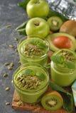 Dieet groene smoothies stock afbeeldingen