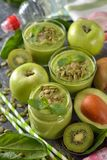Dieet groene smoothies royalty-vrije stock foto's