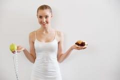 Dieet Het op dieet zijn concept Gezond voedsel Mooie Jonge Vrouwenchoos stock fotografie