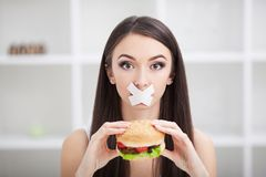 Dieet Jonge vrouw met buisband over haar mond royalty-vrije stock fotografie