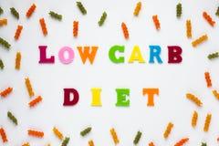 Dieet van de tekst het lage carburator op lichte achtergrond Gezonde evenwichtige maaltijd Gezond het Eten Concept Het schrijven  stock foto's