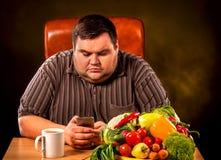 Dieet vette mens die gezond voedsel en orden eten telefonisch stock afbeeldingen