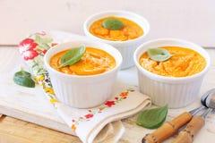 Dieet voedsel Drie porties van wortelvlaai royalty-vrije stock afbeelding