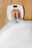Dieet Vrouwelijke Voeten op het Wegen Schaal Het verlies van het gewicht Gezonde het meest lifest stock afbeelding