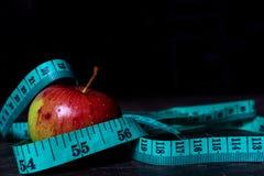 Dieetappel met het meten van band stock afbeeldingen