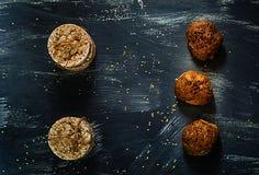 Dieetbrood en organische broodjes op een blauwe achtergrond, gezond voedselconcept, natuurlijke lichte, lege ruimte voor textn Stock Foto's