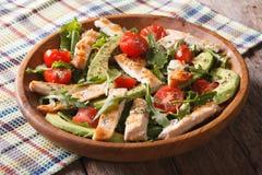 Dieetkippensalade met avocado, arugula en kersentomaten Stock Foto's