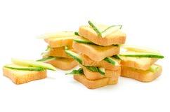 Dieetontbijt van kleine broden en komkommers Royalty-vrije Stock Afbeeldingen