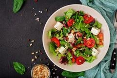 Dieetsalade met tomaten, de noten van feta, van de sla, van de spinazie en van de pijnboom Royalty-vrije Stock Fotografie