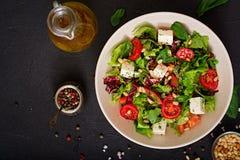 Dieetsalade met tomaten, de noten van feta, van de sla, van de spinazie en van de pijnboom Stock Foto
