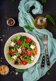Dieetsalade met tomaten, de noten van feta, van de sla, van de spinazie en van de pijnboom Stock Fotografie