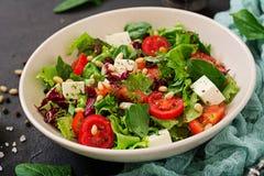 Dieetsalade met tomaten, feta, sla, spinazie Stock Fotografie