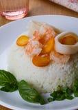 Dieetschotel - rijst met garnalen, calamari en basilicum Stock Foto's