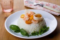 Dieetschotel - rijst met garnalen, calamari en basilicum Royalty-vrije Stock Fotografie