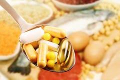 Dieetsupplementen op eiwitvoedselachtergrond royalty-vrije stock afbeeldingen