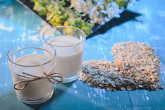 Dieetvoeding: havermeel en hart - gevormde havermeelvlokken stock foto