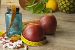 Dieetvoedsel, appelsap, groenten en vruchten, conceptendieet, vitaminesupplementen Royalty-vrije Stock Fotografie
