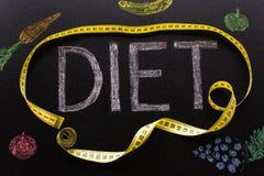 Dieetwoord in krijt met een gele centimeter met vegetab wordt geschreven die stock foto