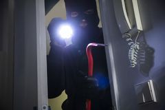 Dief Entering Into House stock foto