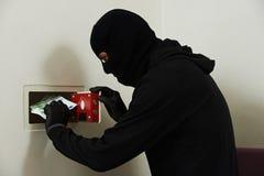 Dief in masker tijdens het veilige codebreaking stock afbeeldingen