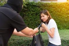 Dief stelende en rukkende handtas van jonge vrouw bij openbare pa Royalty-vrije Stock Foto