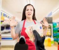 Diefstal bij de supermarkt stock foto's